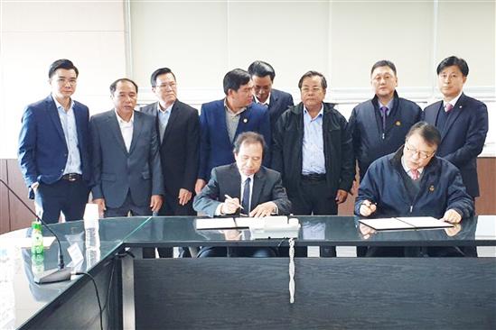 Ông Trần Anh Dũng (người ngồi bên trái), Phó Chủ tịch UBND tỉnh ký kết Văn bản thỏa thuận hợp tác lĩnh vực vận tải hàng hải, logistics với Công ty Chunil Cargo Transportation Co., Ltd tại Cảng Busan.