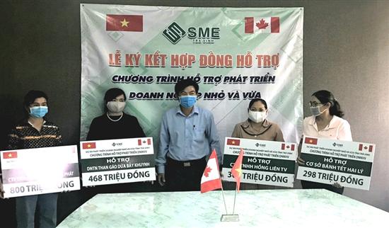 Ông Lâm Hữu Phúc, Phó Giám đốc Sở KH&ĐT, Giám đốc Dự án SME Trà Vinh trao 1,86 tỷ đồng hỗ trợ không hoàn lại cho 4 DNNVV đổi mới công nghệ sản xuất